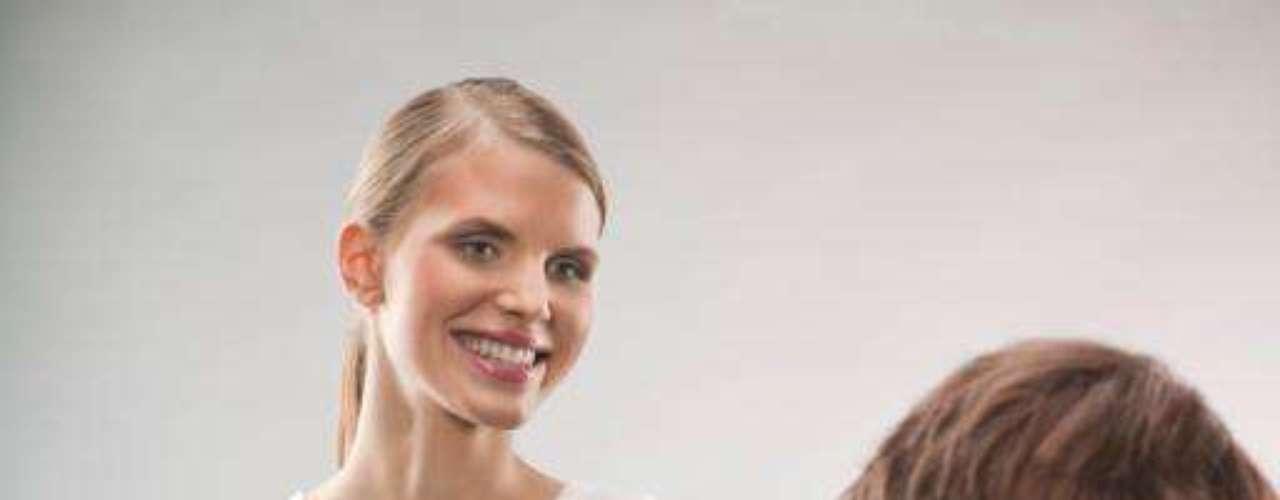Por los resultados obtenidos al preguntarles qué tipo de mujer les resulta más atractiva, ya podemos olvidarnos del tópico de la femme fatale o la bomba sexual. Según un 67% de los encuestados, la chica que les resulta más interesante es la mujer corriente: sin maquillar, vestida de sport y con sonrisa natural. Además, un 71% respondieron que lo primero en que se fija al conocer a una chica es su amplia sonrisa, más que sus andares o su pelo.