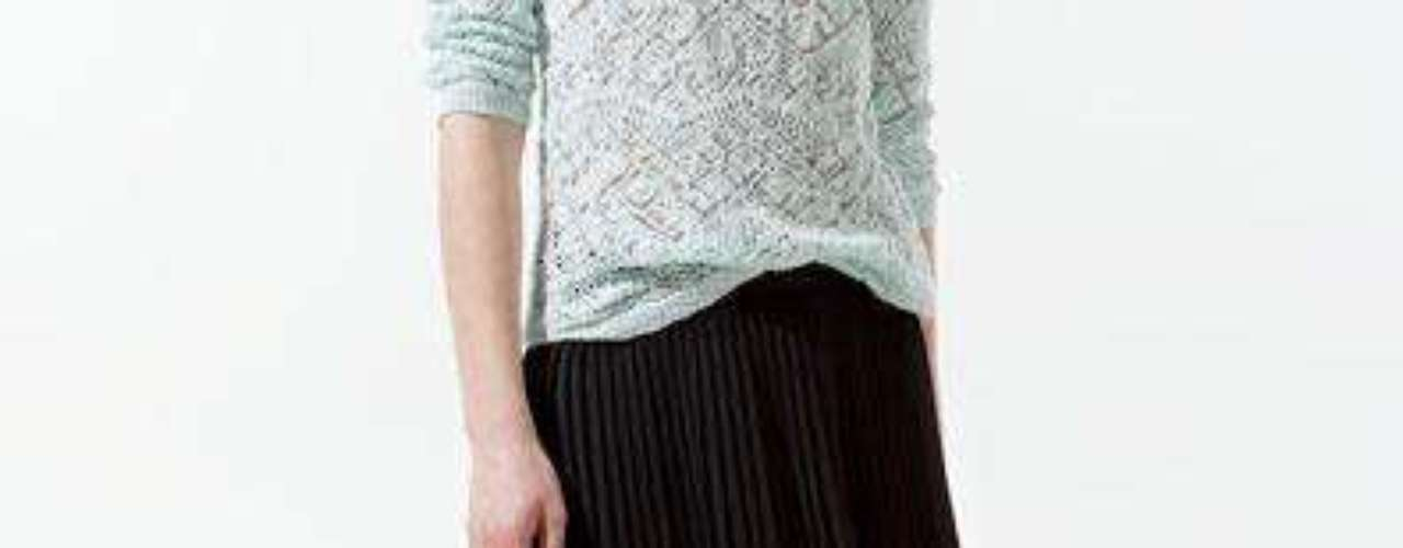 Falda plisada negra asimétrica a 59,90 USD en Zara