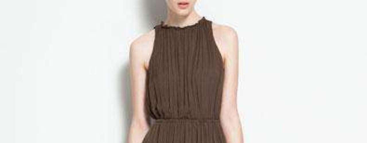 En los mismos tonos tierras podemos encontrar en Zara un vestido largo con abertura lateral a 89.90USD