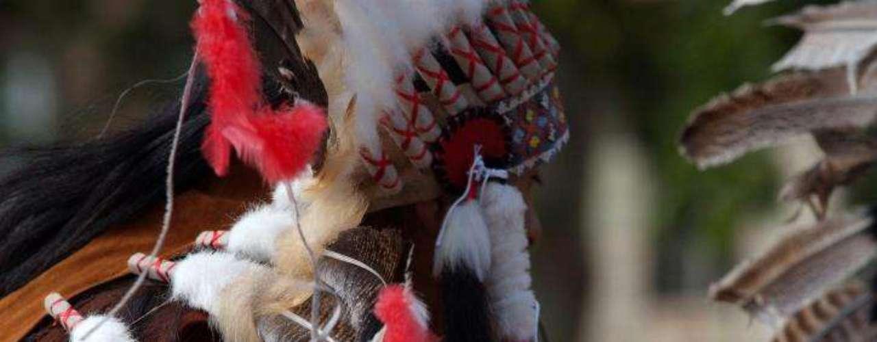 Genocidio aborigen. Cuando los europeos, con los ingleses al frente, llegaron a América del Norte, obligaron a los nativos a abandonar las tierras por la fuerza.  Sioux, Cheyenne, Apaches, Navajos y Cherokees eran las tribus más grandes del lugar. Sólo en norteamérica, unos 5.000 aborígenes fueron exterminados, mientras que por los mismos métodos, otros miles perdieron la vida en América Central y del Sur.