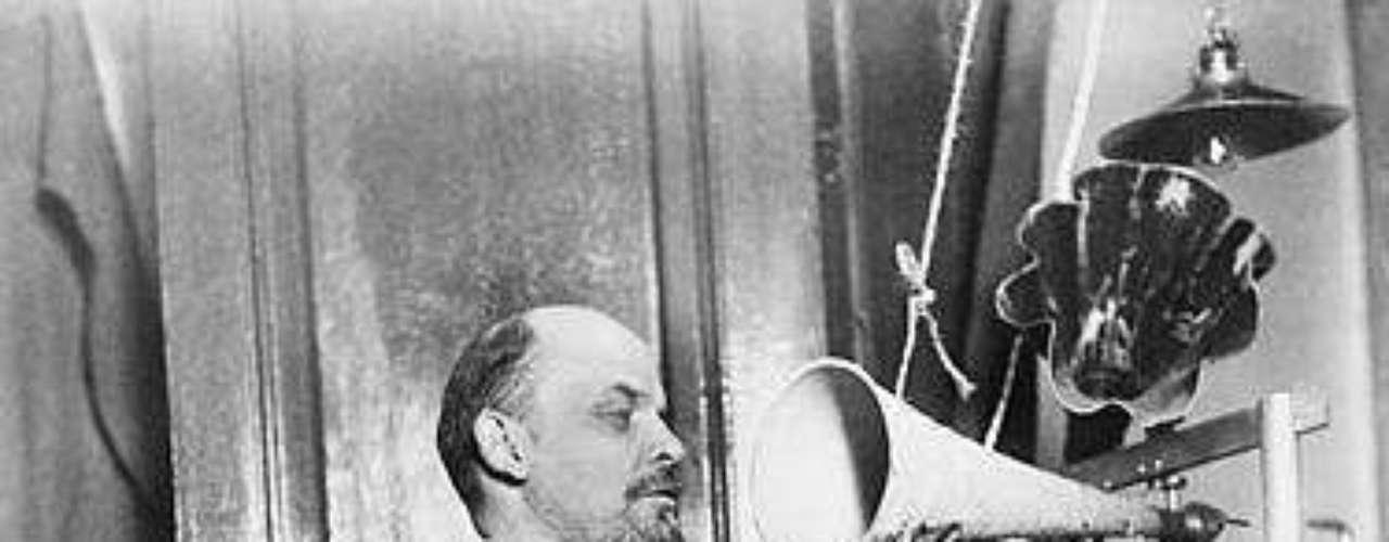 Tanto las dictaduras rusas de Lenin, como la de Stalin, provocan millones de muertos. Tras las primeras elecciones libres por sufragio universal en Rusia, que fueron ganadas por socialistas moderados, Lenin se opusó y asesinó a todos los parlamentarios socialistas. Con eso dio inicio a un \