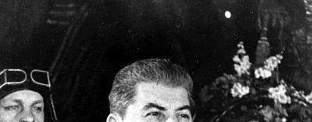 Stalin continuó este proceso de represión y además inició una lucha contra los campesinos \