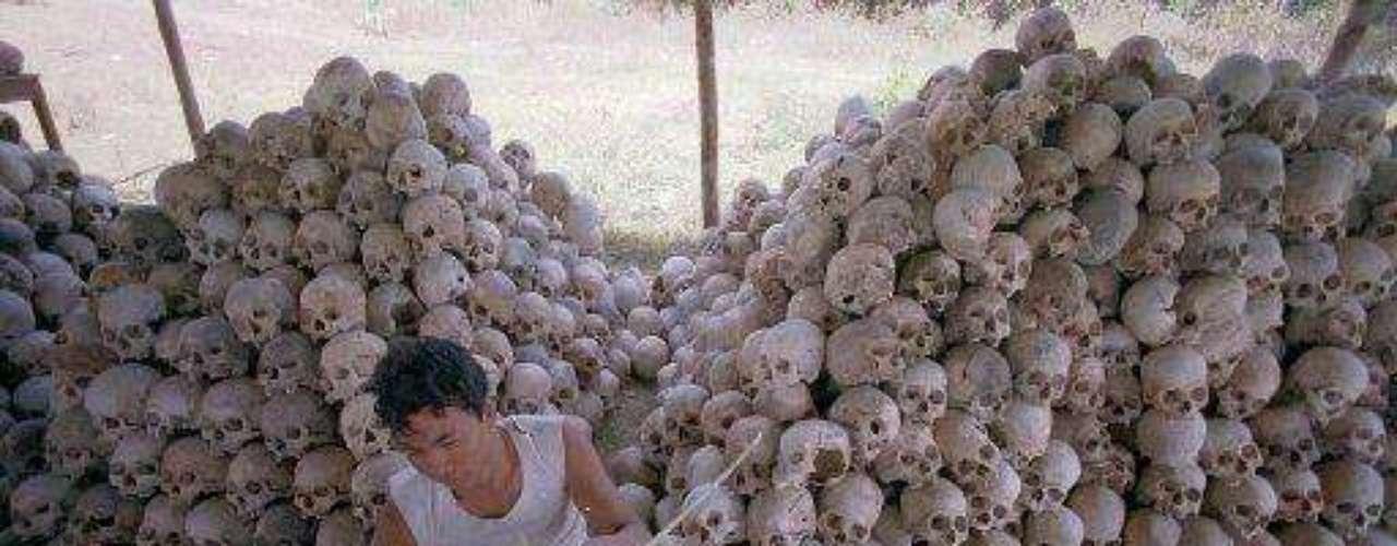 En Camboya se vivió algo similar bajo el mando de Pol Pot, entre 1975 y 1979. En sólo cuatro años los jemeres rojos (o khmer), apoyados por China, eliminaron las ciudades, el dinero y la propiedad privada. Todos los habitantes fueron obligados a trabajar en plantaciones de arroz. Los que se oponían eran asesinados -sin juico si quiera- al igual que los que se dormían los débiles, como ancianos y enfermos. Unas 2 millones de personas (1/3 de la población) fue exterminada. En la imagen, los cráneos y restos óseos de los asesinados.