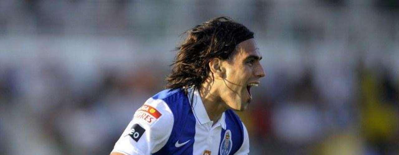Su historia en el viejo continente comenzó así: Su primer gol lo consiguió el 16 de agosto de 2009 en condición de visitante ante Pacos Ferreira por la Liga Sagres en Portugal.