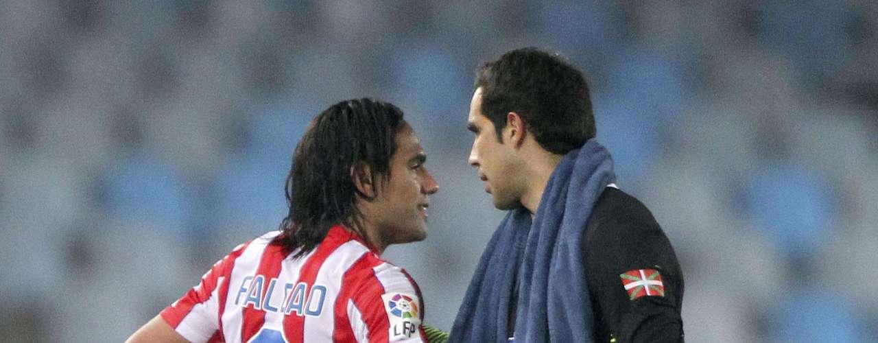 El balón obviamente fue para el colombiano que terminó consolando al arquero rival Claudio Bravo, pues sufrió tres veces al Tigre.
