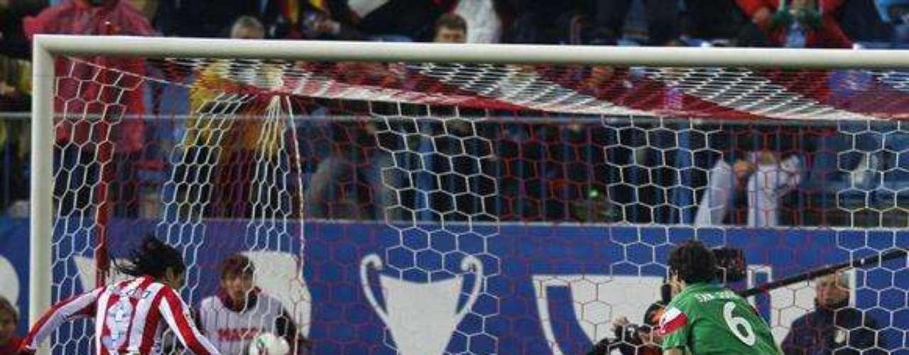 Falcao pudo con el orden táctico del equipo de Bielsa y marcó los dos goles de la victoria en la fecha 29 de la Liga española.