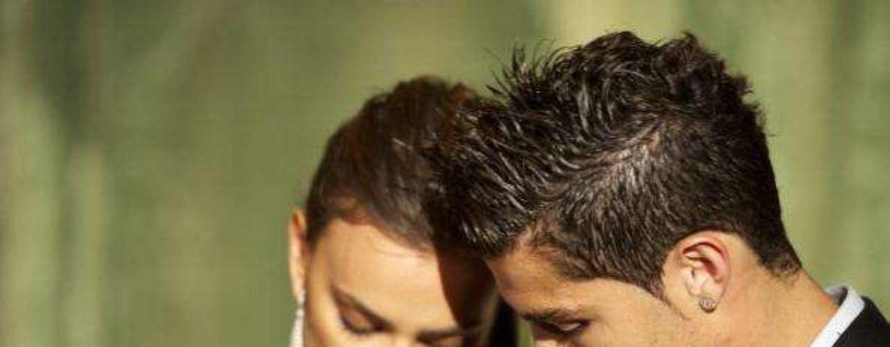 Sex Symbol: Si Ronaldo asombra a los hombres por su talento para el fútbol, a las mujeres las atrae y enloquece por su físico. El jugador es considerado uno de los Sex Symbol del deporte, y él sabe aprovechar esto muy bien. Durante su vida ha sido imagen de diferentes campañas para prestigiosas marcas, como Armani, además ha estado relacionado con bellas  mujeres. Actualmente su novia es la modelo Irina Shayk.