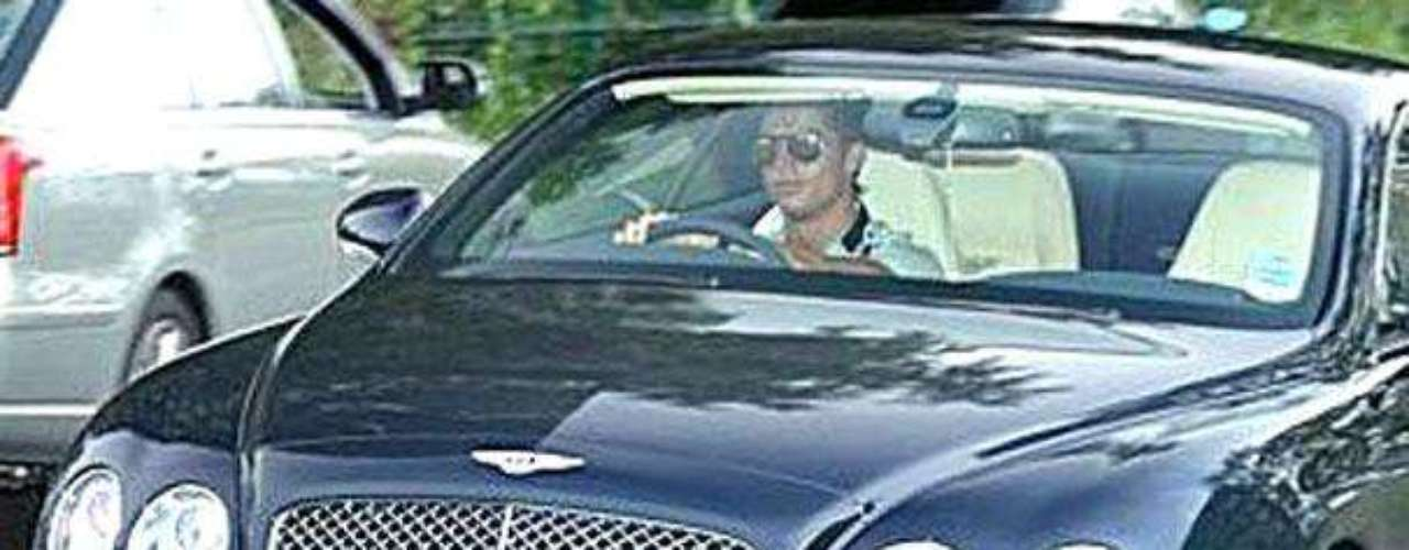 Los Autos, su mayor afición: Uno de los 'pasatiempos' de Cristiano Ronaldo es comprar carros.  Algunos de los autos que el jugador tiene o ha tenido en su poder son: Un Lamborghini Aventador, un Ferrari 599 GTB Fiorano, un Bentley Continental GTC Speed, Audi R8 di R8, un Rolls-Royce Phantom, un Porsche 911, un Maserati Gran Cabrio, un Aston Martin DB9, un Buggatti Veyron, entre muchos otros. En algunos de ellos ha sufrido choques por conducir a alta velocidad.