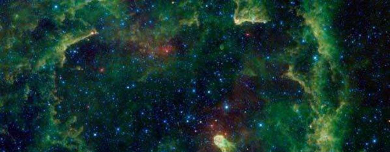 El polvo espacial que se ve en esta imagen, puede ser impulsado por el viento y la radiación emitida desde las estrellas.