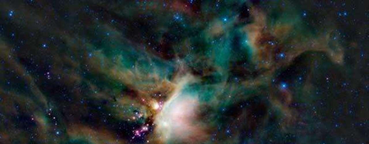 La nube de Rho Ophiuchi que se encuentra bien arriba de la Vía Láctea en el cielo nocturno.