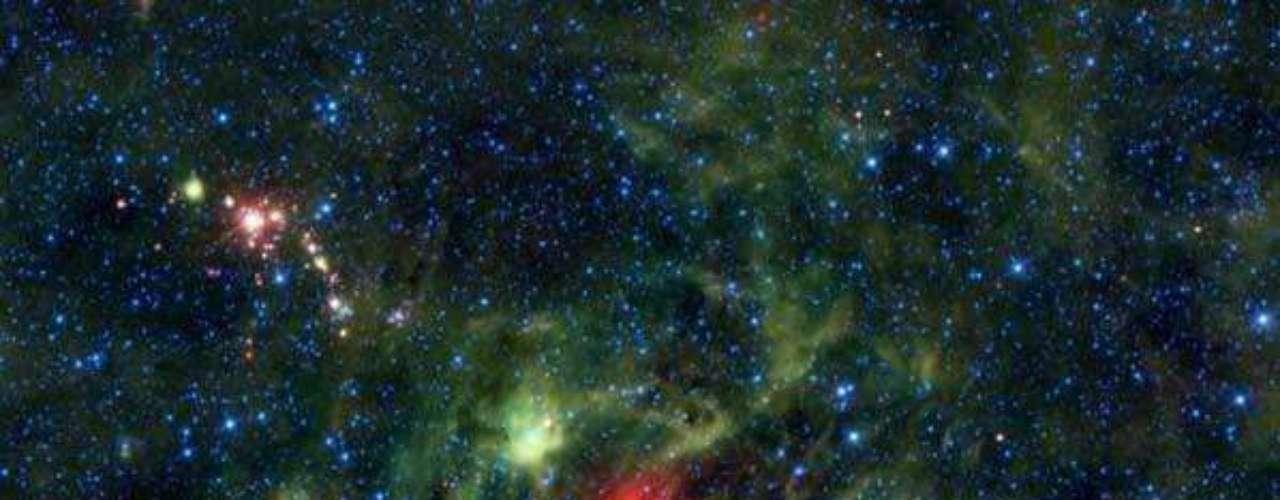 La estrella del trébol fue coloreada en verde para esta vista infrarroja que ofrecen las lentes del telescopio WISE de NASA.