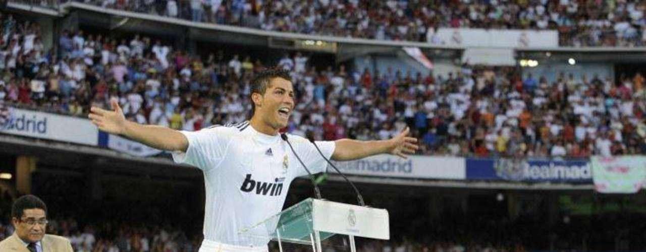 Llega al Real Madrid: Ronaldo protagonizó en el 2009 el fichaje más costoso en la historia del fútbol, al ser contratado por el Real Madrid. El cuadro ´merengue' consiguió, tras varios intentos, negociar con el United, al que le pagó cerca de 95 millones de Euros por el jugador.  A su presentación en el Bernabeú asistieron 80.000 personas.