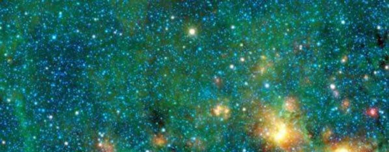 Las zonas negras de esta imagen, llamadas nubes negras infrarrojas, Ilustran especialmente densas y frías nubes vistas contra el resplandor brillante de la Vía Láctea.