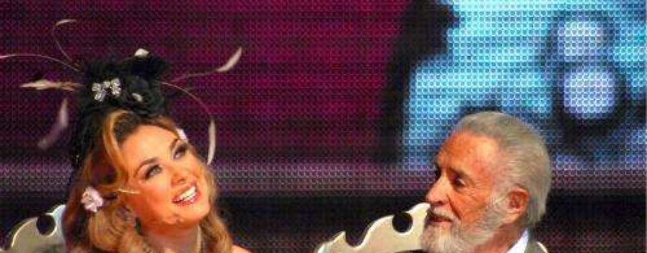 Allí compartía escena con Aracely Arámbula, en la obra de teatro que se convirtió en emblemática en territorio mexicano, igualando su éxito con la muy famosa y legendaria 'Aventurera'. En esta puesta en escena bailaba, actuaba y cantaba como los grandes.Síguenos en:     Facebook -   TwitterFallece el primer actor mexicano Julio AlemánActores que murieron en 2011