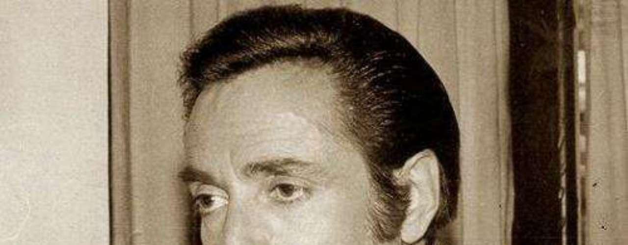 Su debut se dió en la obra de teatro experimental 'Espaldas Mojadas'. Para 1957 participó como actor profesional en la puesta en escena 'Corazón Arrebatado'.Síguenos en:     Facebook -   TwitterFallece el primer actor mexicano Julio AlemánActores que murieron en 2011
