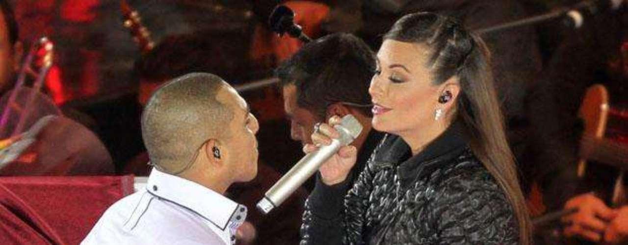 """María José y Espinoza Paz se dejaron llevar por la pasión y se dieron un tremendo beso, pero todo se trata de ficción, pues ésto ocurre en una de las escenas del recién estrenado video del tema """"Así o Más"""", donde los cantantes hacen un mágico dueto."""