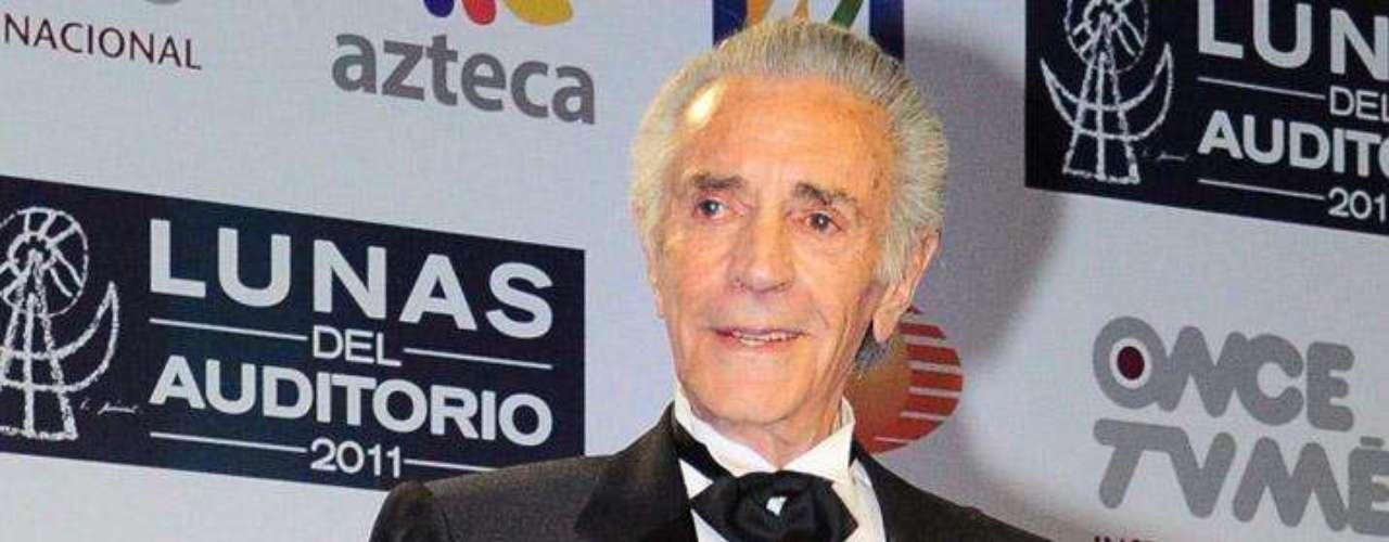 Julio Alemán se ganó el respeto y la admiración del público debido a su atractivo físico y fina presencia.