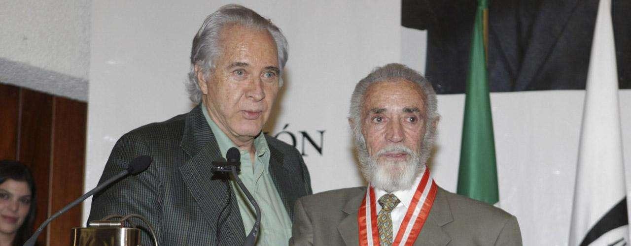 El actor Rogelio Guerra acompañó a Julio Alemán cuando recibió la Medalla en Arte y Cultura de la Universidad Anáhuac por su contribución a las artes.