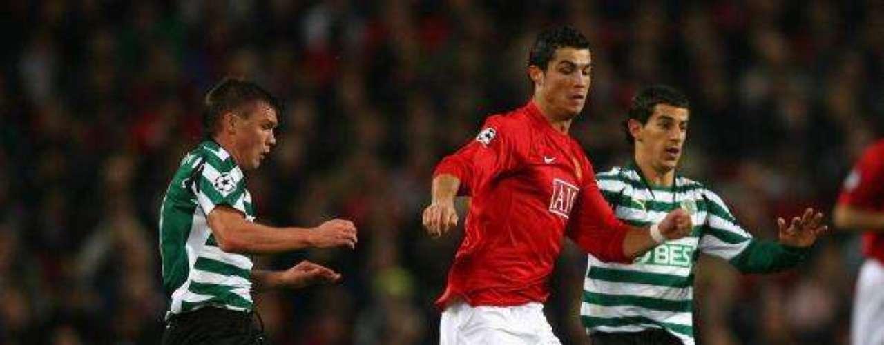 Fichado por el Manchester United: Luego de un partido amistoso ante el Manchester United en 2003, en el que Ronaldo fue la figura, el cuadro inglés se decide a contratar al jugador. Pocas semanas después desembolsa al Sporting 18 millones de Euros, y se lleva a quien era la gran promesa del fútbol portugués.
