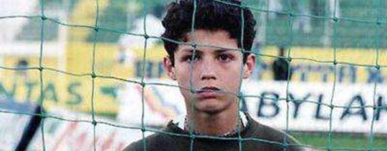Infancia y fútbol: Cristiano Ronaldo nació en Isla Madeira, Portugal, donde jugó con varios equipos locales durante su infancia, hasta llegar al Nacional, el segundo cuadro más importante de la región. En aquella época Ronaldo y su familia no gozaban de una condición económica estable.