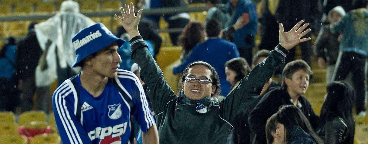 En una noche fría y acompañada por la lluvia, así vivieron los hinchas de Independiente Santa Fe y Millonarios el clásico por Copa Postobón en 'El Campín' de Bogotá, donde los azules tomaron revancha y triunfaron sobre los rojos. El juego fue presenciado por dos mil personas aproximadamente.