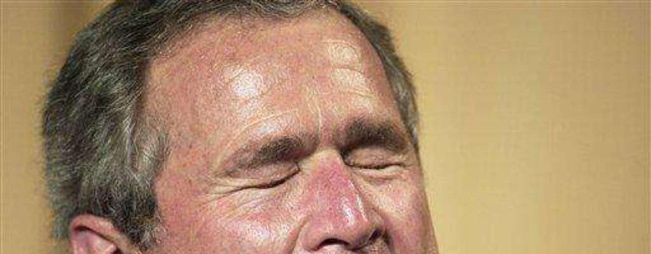 George W. Bush. El expresidente de Estados Unidos fue acusado varias veces de tener problemas con el alcohol. El psiquiatra Justin Frank realizó un estudio en el que afirmó que Bush es un \