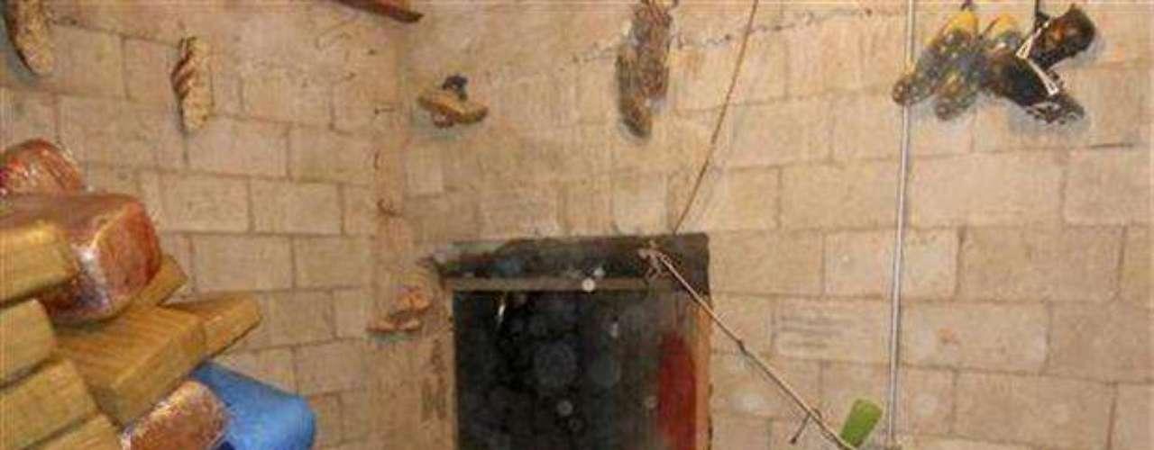 Narcotúneles de avanzada. Cuando el capo de la droga más poderoso de México vio el túnel que el arquitecto Felipe de Jesús Corona le había construido debajo de la frontera con Estados Unidos, quedó impresionado. El túnel tenía 61 metros de largo y una entrada que se elevaba con un sistema hidráulico y que abría a través de una falsa llave de agua. El arquitecto \