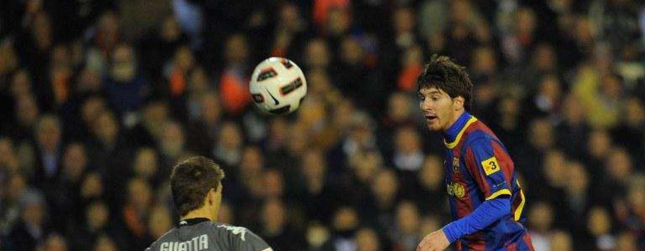 Ante Valencia Messi deslumbró con un globo perfecto sobre el arquero rival. Messi lleva 39 goles en la Liga, uno menos que Ronaldo, sin duda la pelea por el botín de oro irá hasta el final de la temporada 2011/2012