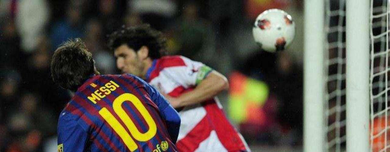 Messi a diferencia de Ronaldo define con más pausa y su preferida es colgar al arquero rival dejándolo sin opción de reaccionar