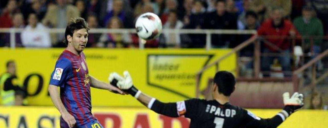 Ante el Sevilla el argentino dio otra muestra de su facilidad para definir de esa manera, los 'globos' de Messi casi siempre son muy cerca del arquero lo que incrementa su nivel de dificultad