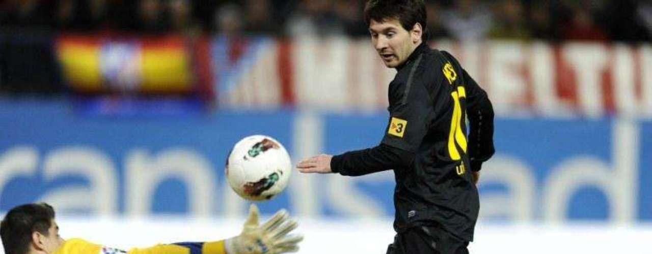 Messi a diferencia de Ronaldo define con más pausa y su preferida es colgar al arquero rival dejándolo sin opción de reaccionar.