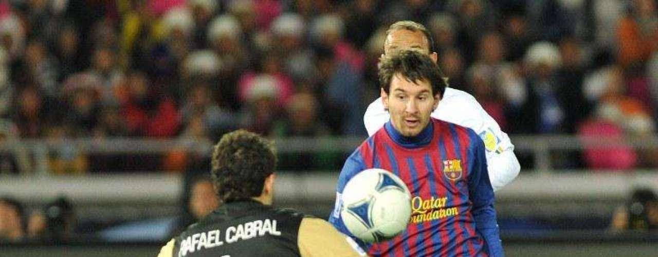 En la final del Mundial de Clubes ante el Santos de Neymar, Messi logró definir el partido con otra vaselina, lo hace ver tan fácil pero hay que tener concentración, precisión y elegir el momento indicado para picar el balón