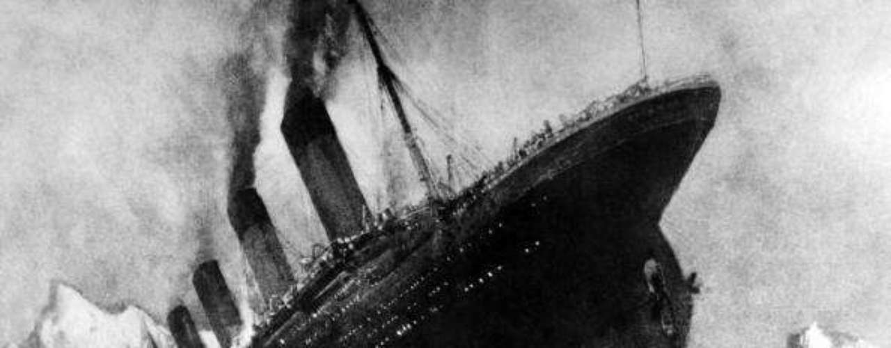 El RMS Titanic se construyó en los astilleros de Harland and Wolf, en Belfast (Irlanda), con la tecnología más avanzada disponible en la época. El casco estaba dividio en 17 secciones herméticas, por lo que se creía que pese a la rotura de algunas secciones, aún podía mantenerse a flote. Por eso se lo consideró \