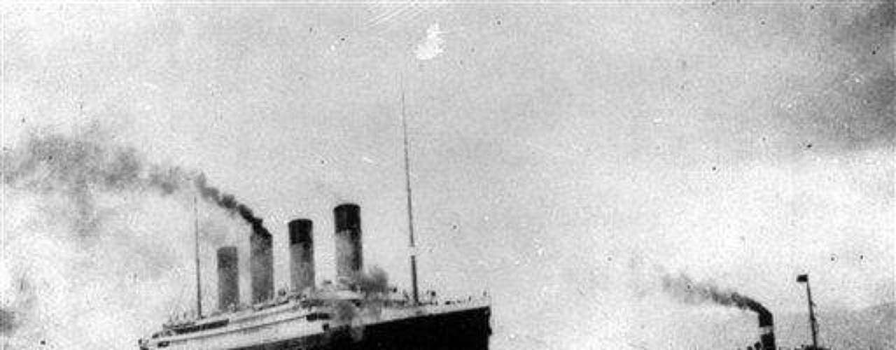 El atardecer del 14 de abril era de aguas muy calmas. En la noche el frío aumentó y no había ni una sola ola en el mar. Esto era un problema para divisar icebergs, por lo que Smith pidió otra vez a Ismay bajar la velocidad, pero se negó otra vez. Smith, entonces, decidió aumentar la guardia en los mástiles del barco.