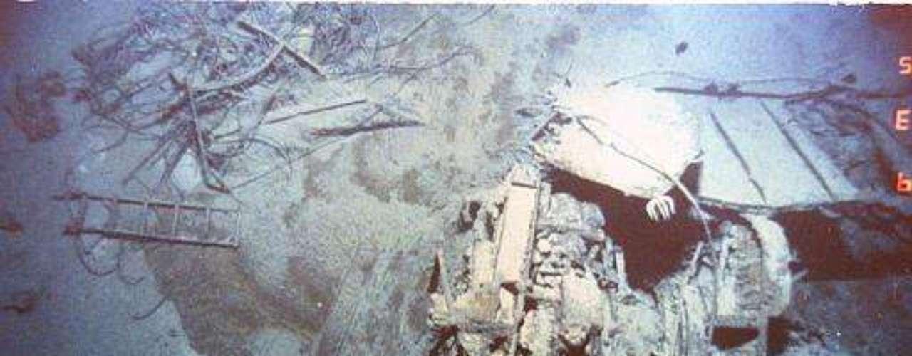 A las 23.40, Frederick Fleet divisó un iceberg a menos de 500 metros, que se elevaba unos 30 metros por el nivel del mar. Avisó de inmediato. En la cabina de mando, William Murdoch decidió girar todo el timón a babor y poner marcha atrás. Fue un error, aunque el barco logró esquivar el choque frontal (que de haber ocurrido, no hubiera sido tan grave ya que hubiera quedado a flote). Seguido, Murdoch viró a estribor, sin sospechar que el iceberg se extendía por debajo del mar. El Titanic rozó el iceberg, lo que le provocó varios \
