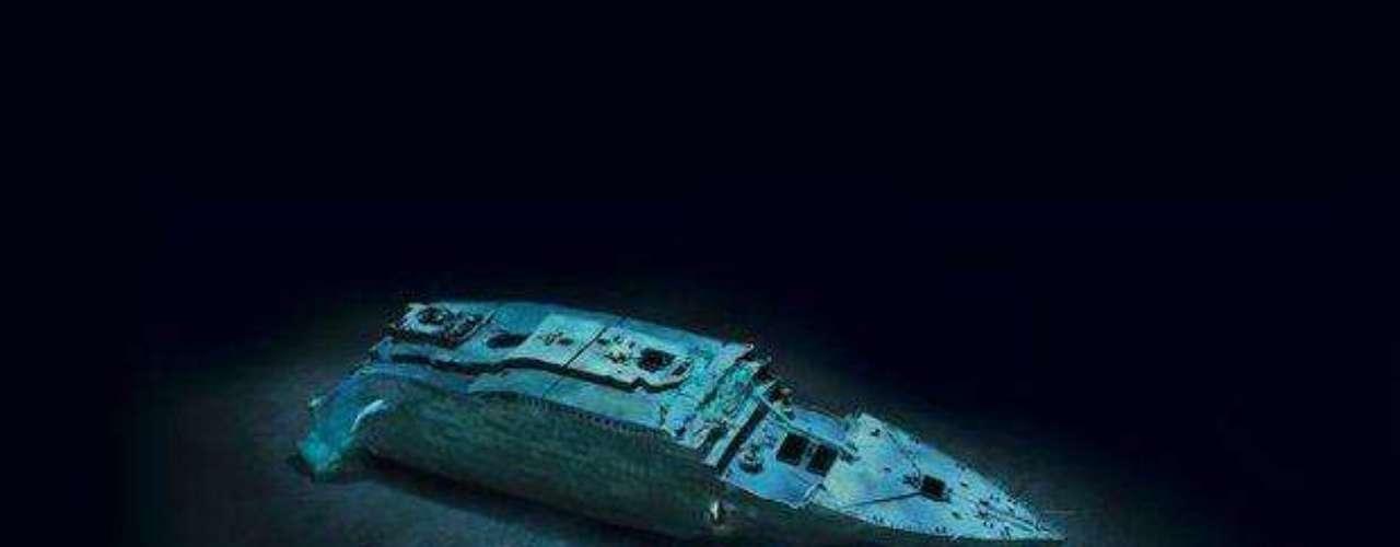 A todo esto, aún se desconocía cuál había sido el daño en la nave. Cuando el diseñador Thomas Andrews repasó el barco junto al carpintero, avisó de inmediato que el Titanic iba a hundirse entre dos y cuatro horas.