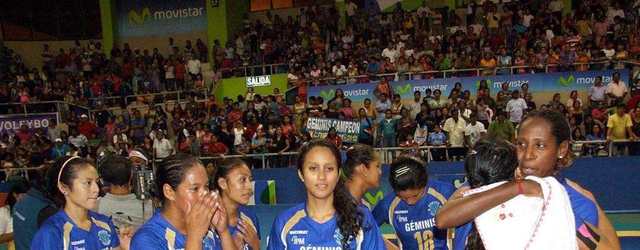 Sara Joya y el equipo de Géminis celebra en Miraflores.