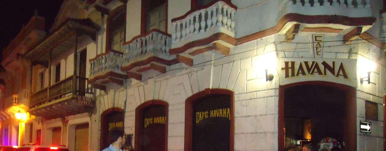 La secretaria de Estado de los Estados Unidos de América, Hillary Rodham Clinton, pasó una noche de rumba junto con sus más cercanos colaborados y escoltada de manera discreta en uno de los bares más bellos con los que cuenta la ciudad amurallada: el Bar Café Havana.