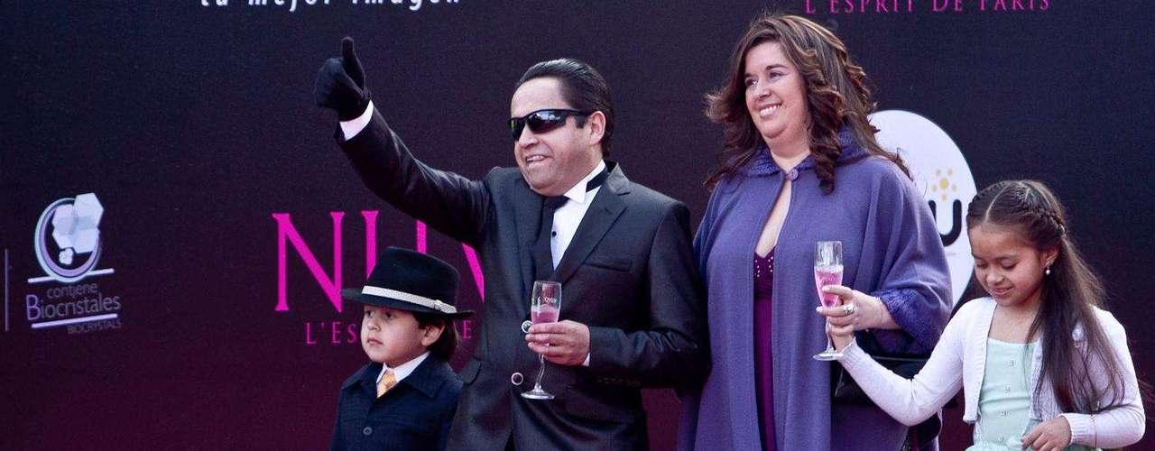El 'Paparazito', su esposa e hijos: Algunos famosos desfilaron por la alfombra roja de los TVyNovelas en compañía de sus novios o esposos. Estas fueron las parejas que más causaron sensación durante la edición número 21 de los premios.