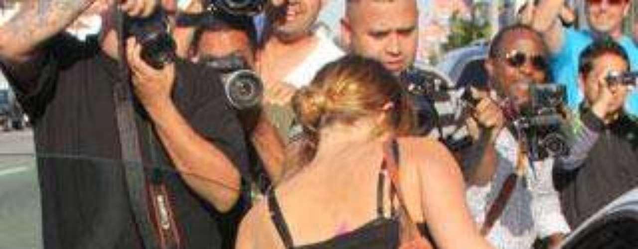 El descuido de Miley Cyrus al entrar a su coche.