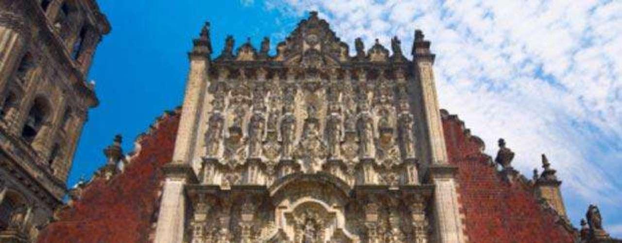 Catedral Metropolitana de la Ciudad de México. Es la sede de la Arquidiócesis Primada de México ubicada frente a la Plaza de la Constitución. Tiene 16 capillas y su construcción tomó alrededor de tres siglos.