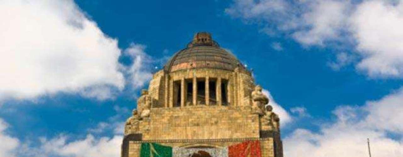 Monumento a la Revolución. Es una obra arquitectónica y un mausoleo dedicado a la conmemoración de la Revolución Mexicana. También cuenta con un mirador, restaurante y tienda de recuerdos.