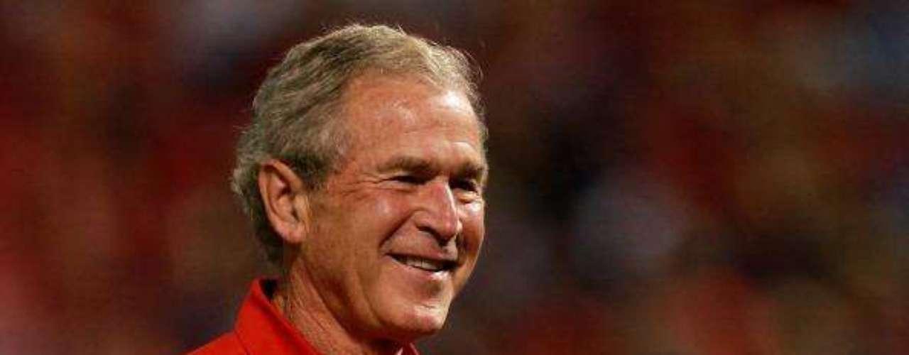 George W. Bush, en 2004, prometió enviar una expedición tripulada a la luna para \