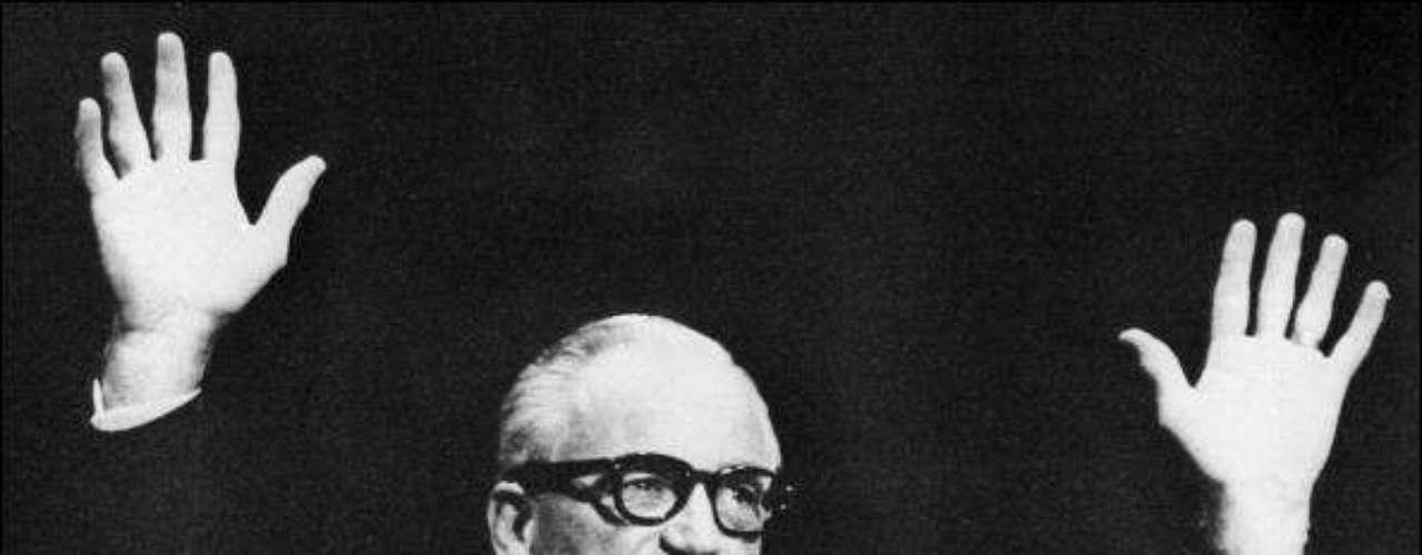 Barry Goldwater, en la búsqueda de la presidencia a inicios de los '60, quería que el ejército de la nación usara armas atómicas en Vietnam, para desforestar el lugar. \