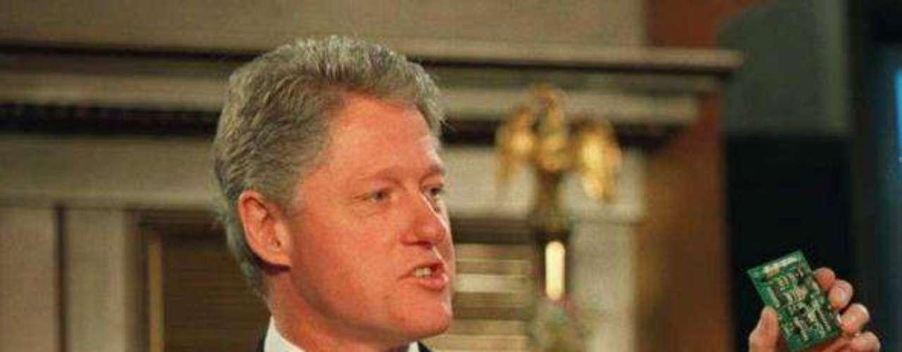 Bill Clinton, en cambio, hizo del V-Chip, uno de los pilares de su campaña para la reelección de 1996. Esta tecnología permitía bloquear cierto tipo de contenidos en los televisores, sobre todo violencia (por eso la \