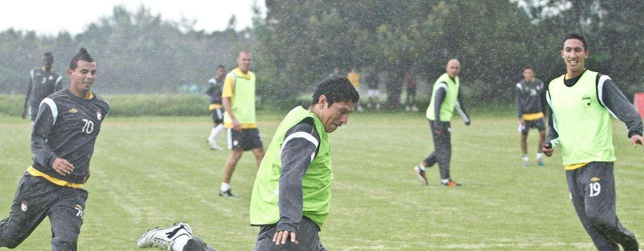 Independiente Santa Fe, que es segundo en la tabla de posiciones de la Liga Postobón I  2012 con 21 unidades, se prepara así para su choque del próximo miércoles 25 de abril contra Atlético Nacional, choque válido por la décimo tercera fecha del torneo local.