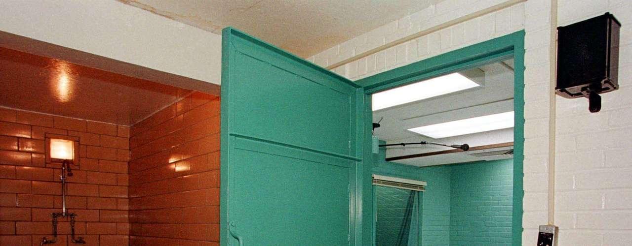 Huntsville es una de las pocas prisiones donde los reos no son permitidos una última cena debido a abusos que han ocurrido en el pasado. Una vez que el reo está listo en la camilla, los familiares de la víctima y del reo pueden ver la ejecución desde una sala contigua a través de un vidrio.