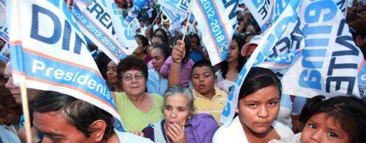 La candidata panista a la Presidencia de México, Josefina Vázquez Mota, pidió que el Congreso de la Unión, le ayude a sacar adelante una ley que permita la pena máxima a los políticos que estén coludidos con el crimen y contra aquellos que colaboren en la cadena de la delincuencia organizada.