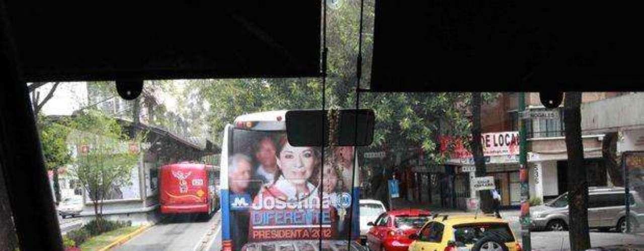 En la ciudad de México es común ver autobuses tapizados de propaganda electoral.