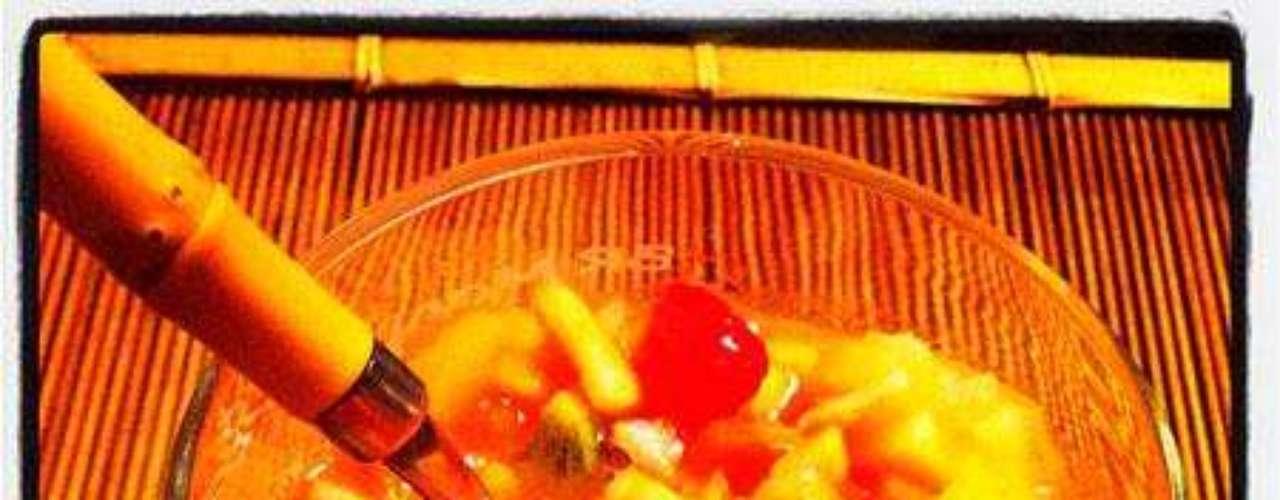 Alessandra Ambrosio acaba de publicar su primera foto retocada con Instagram. Un macedonia de frutas, ¿buen comienzo?